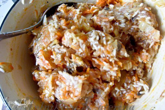 Пропустить через мясорубку куриное филе. Добавить к нему луково-морковную смесь, рис, специи и тщательно все перемешать.