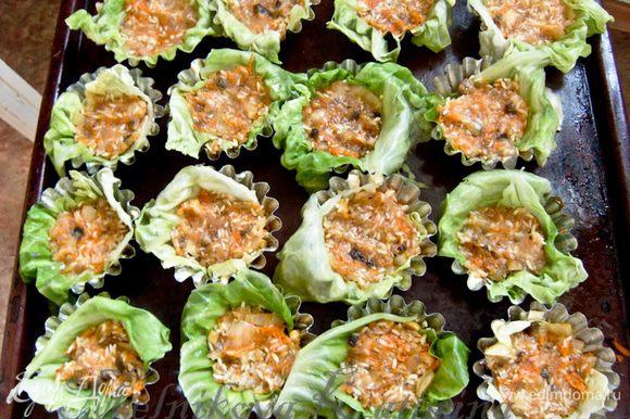 Формочки для маффинов смазать сливочным маслом. Капустные листики положить в формочки таким образом, чтобы оставался свисающий край. В каждую формочку выложить фарш.