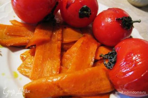 Жарим до румяного цвета, добавляем 1 ч.л. сахара, неск. капель бальзамического уксуса. Мешаем морковку, она должна стать блестящей со всех сторон. Достаем морковь. Точно также поступаем с помидорами, только сахар добавляем сразу, просто чтоб они покрылись глазурью, не жарим их. Вот что получаем.