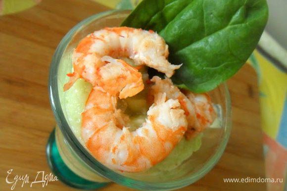 Выложите мусс в стаканы,добавьте креветки и посыпьте миндалем.
