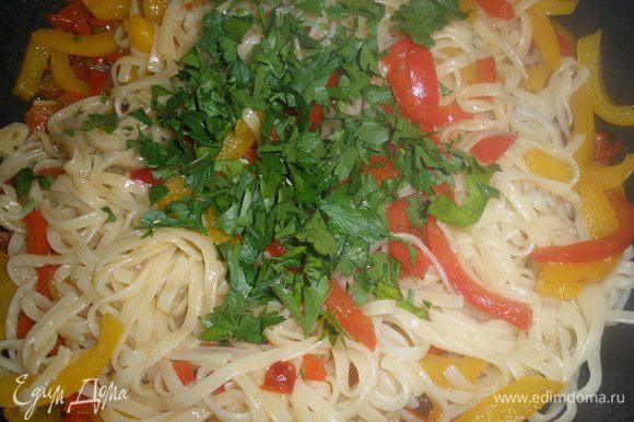 Отварить спагетти, откинуть на дуршлаг, выложить их к перцам и перемешать. Добавить еще соли и посыпать петрушкой.