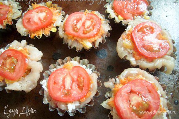На рис выложить оставшуюся овощную начинку. Соком, выделившимся от начинки залить тарталетки. На начинку выложить по тонкой дольке помидора.