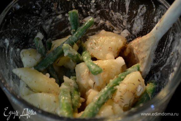 Добавим картофель готовый и фасоль в соус,все перемешаем.Затем лук.