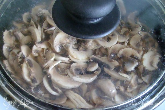 В сковороде разогреть 0,5 ст.л. оливкового масла, положить нарезанные шляпки, посолить, закрыть крышкой. Готовить на сильном огне, потряхивая сковороду, 5 мин. Образовавшийся грибной сок вычерпать в кастрюлю с ножками. В сковороду добавить оливковое масло и обжаривать грибы, помешивая, 10 мин.