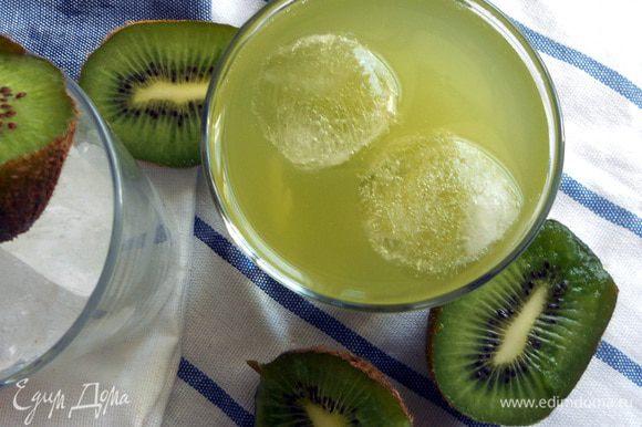 Все просто: сахар (если будете добавлять, можно взять мед или вообще обойтись природной сладостью киви) растворить в небольшом количестве (стакан) воды. Из киви ложкой вынуть всю мякоть, присоединить к сахарному раствору. Оставить в холодном месте на час, после чего долить воду, размешать и дать настояться в холодильнике хотя бы 4 часа. Подавать с ложечкой, для мякоти.
