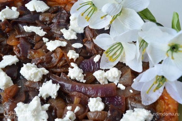 Достать из духовке, дать отдохнуть 5 минут. Накрыть пирог тарелкой и перевернуть. Сверху выложить кусочки сыра.