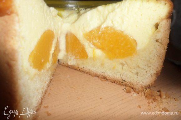 Резать на кусочки нужно когда пирог полностью остынет. Я немного не дождалась (уж очень моим хотелось попробовать вкуснятину) и серединка немного обвалилась, так что тут нужно быть осторожней. Приятного аппетита!!!