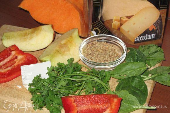 Потрите тыкву на тёрке. Добавьте мелко порезанный чеснок, натертые на тёрке сыр и яблоко, размятую вилкой фету, Некрупно нарезанный перец, грецкие орехи.