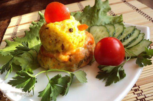 При подаче из помидор сделать гребешок и клювик, из горошин черного перца глазки. Подавать с овощами и зеленью. Приятного аппетита!
