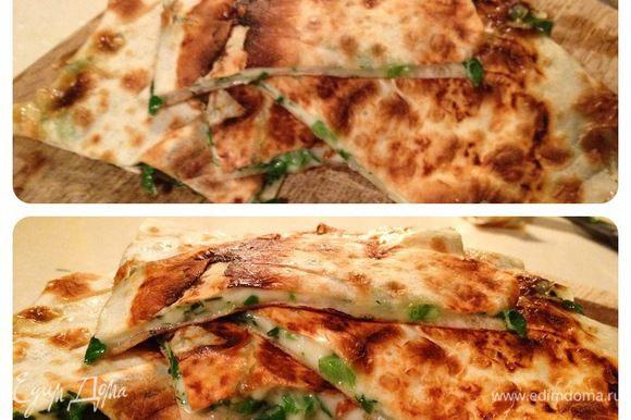 Сильно разогреть сковороду,выложить на нее лаваш и,прижимая лопаткой,обжарить 1,5-2 минуты с каждой стороны.Лаваш выложить на тарелку,обрезать лишнее и разрезать на порционные куски.Приятного аппетита!