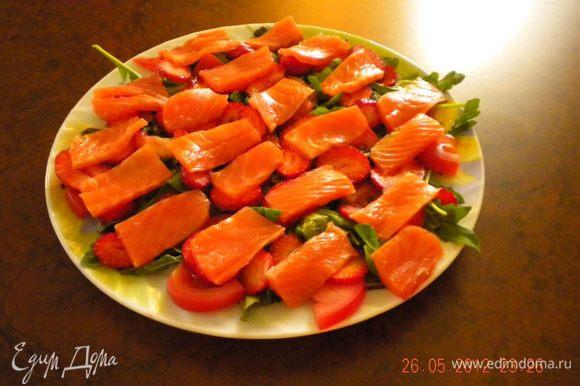 Рыбу нарезать тоненькими полосочками и выложить на клубнику.