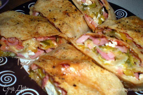 Выпекать при 220гр минут 20.Готовую пиццу нарезать на кусочки и можно взять с собой на пикник.