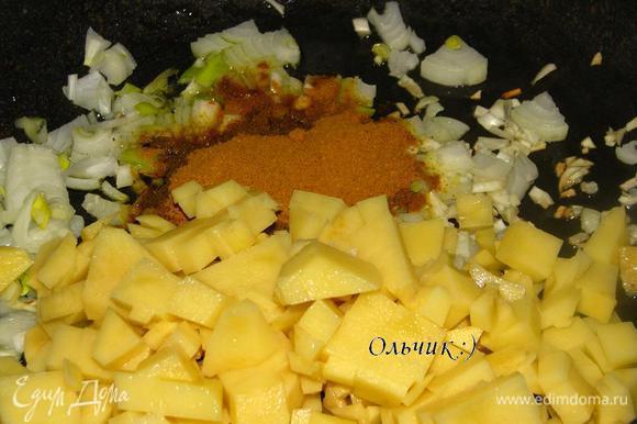 Добавляем карри, соль, сахар, резанный кубиками картофель и подливаем немного горячей воды. Готовим под крышкой на слабом огне до мягкости картофеля. Не забываем помешивать.