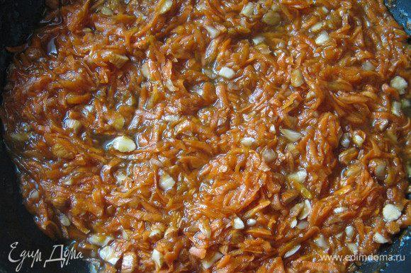 Морковь очищаем,трем на крупной терке,выкладываем в сковороду,добавляем измельченный миндаль и 200г джема.Тушим минут 7-10 чтобы морковь стала слегка мягкой.Остужаем.