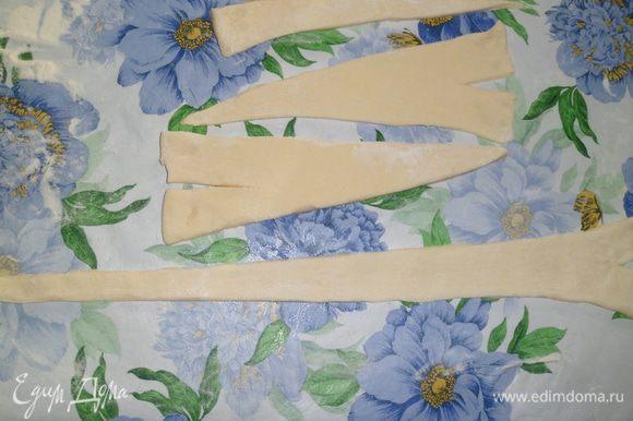 Надрезать треугольники и равномерно вытянуть их так, чтобы они были толщиной в 1,5 мм. Положить начинку и аккуратно скатать в круассан.