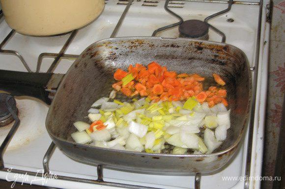 Тем временем готовим «пловный рис. На оливковом масле обжариваем 2-3 зубика чеснока, измельчённую луковицу, мелко натёртую морковку до полуготовности.