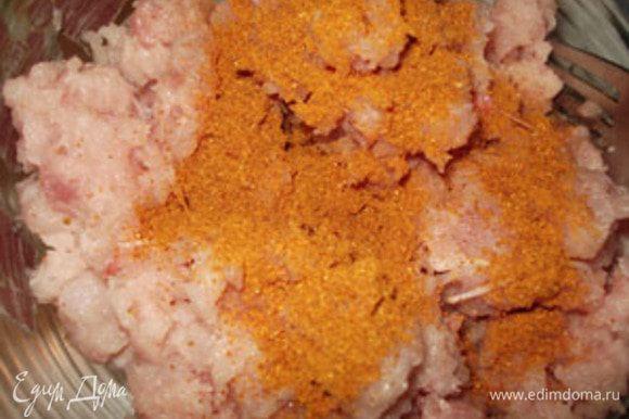Мясо курицы пропустить через мясорубку, приготовить фарш. Добавить желаемые специи.