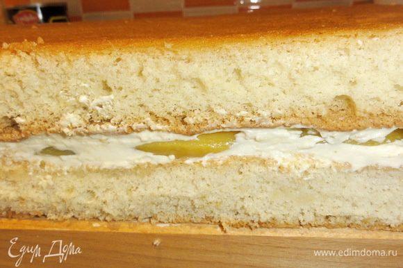 Накройте вторым коржом и прижмите его, чтобы коржи получше склеились. Уберите торт в холодильник.