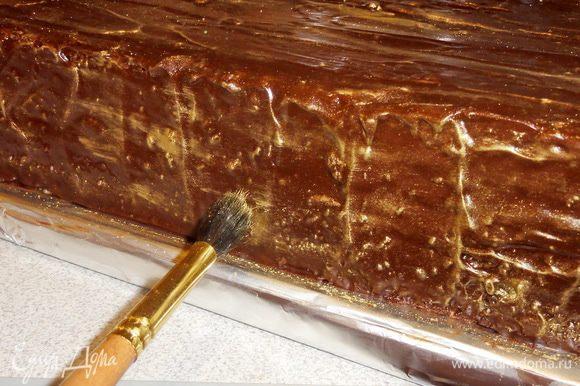 На поверхность, покрытую шоколадом, нанесите золотой кандурин.