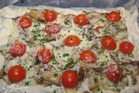 Разложить все овощи,яйцо взбить с меньше пол стаканa молока и всыпать сыр,поперчить,размешать и залить сверху овощей.Загнуть края теста,посыпать петрушкой.