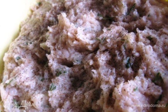 Хлопья залить половиной чашки кипятка, оставить на 5 мин. Из куриных филе, лука приготовить фарш. Добавить измельченный чеснок, порубленную зелень, яйцо, сливки, хлопья. Посолить поперчить и вымесить тщательно фарш.