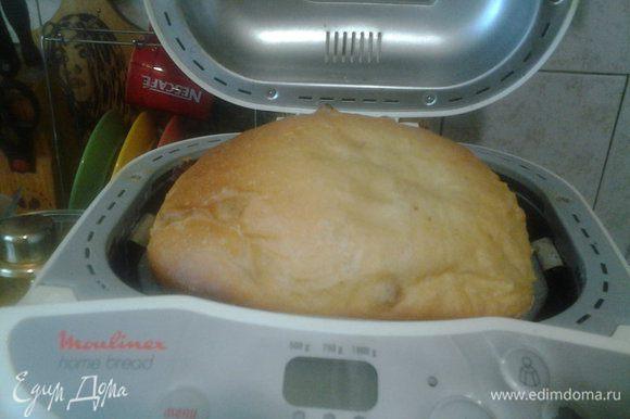 """Загрузить все ингредиенты в хлебопечку, в порядке, указанном в инструкции. Я выпекала на программе """"Белый хлеб"""", вес 750 г, корочка темная. В процессе выпекания хлеб очень поднимается, у меня даже крышку приоткрыл)))"""