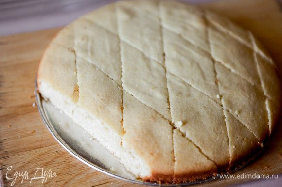 Готовый пирог вынуть из духовки, разрезать на ромбы