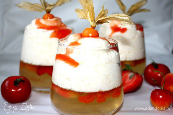 По спирали выложить мусс на застывшее желе.Можно убрать десерт в холодильник.Перед подачей полить десерт соусом и украсить фруктами и ягодами.Приятного аппетита!