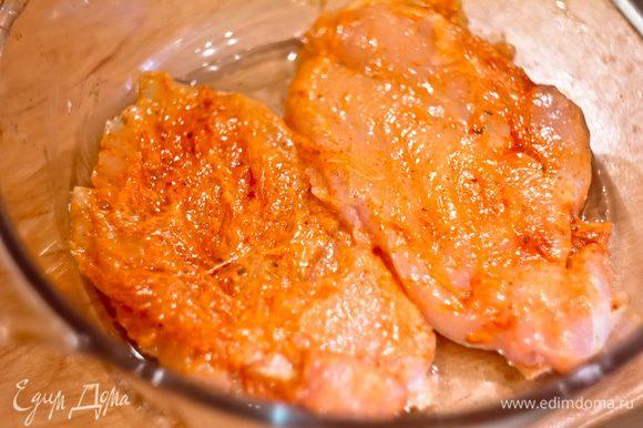 Куриное филе смазываем майонезом и паприкой и запекаем в духовке на оливковом масле 35 минут
