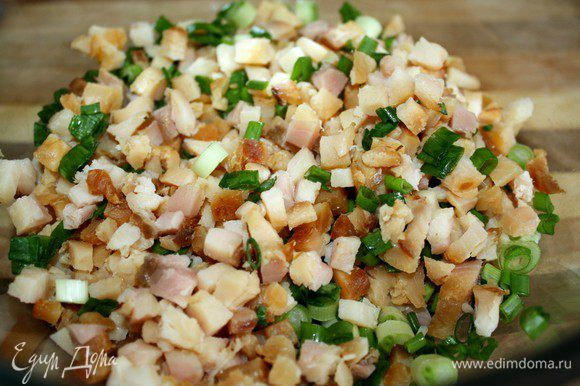 Рыбу и лук мелко нарезать и смешать.