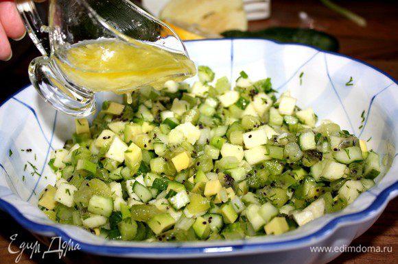 Овощи и фрукты нарезать кубиком.Кинзу(петрушку)и лук измельчить.Чеснок растереть с солью,а затем смешать с лимонным соком и оливковым маслом.Заправить салат соусом.Подавать немедленно на листьях салата.Приятного аппетита!
