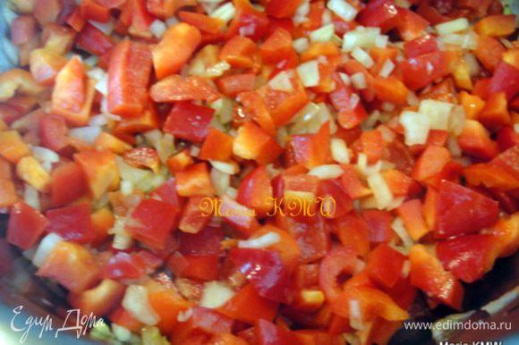 Помыть и почистить болгарский перец, луковицу, морковь. Перцы и 1 луковицу мелко порезать, морковь натереть на терке и слегка обжарить на оливковом масле. Добавить рис, обжарить вместе 2 минуты, залить овощным бульоном. Дать массе закипеть, варить 15-20 минут на слабом огне, пока рис не впитает воду. Снять с огня.