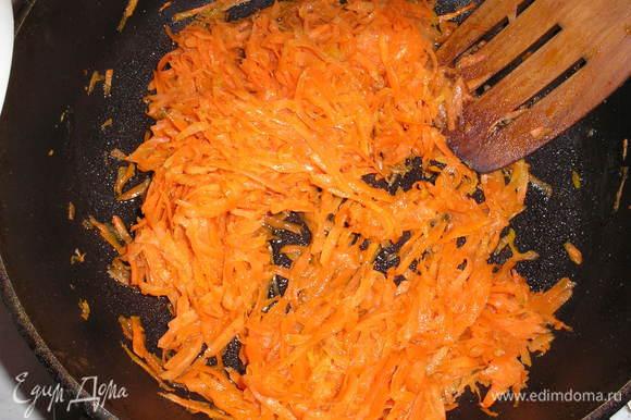 Морковь чистим, натираем на терке и тушим несколько минут на оливковом масле. Чеснок мелко рубим. Помидоры нарезаем на кружочки.