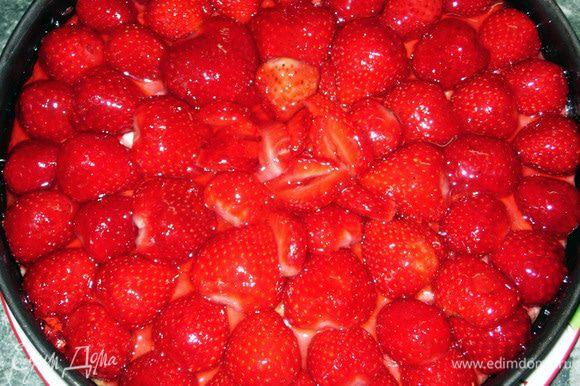 Готовим желе: я воспользовалась желе для тортов, так оно быстро застывает. Чтобы цвет был более натуральным, берём светлый и красный фруктовые соки (у меня вишнёво - яблочный) и растворяем в них бесцветный желатин. Осторожными движениями кисти наносим глазурь на поверхность пирога.