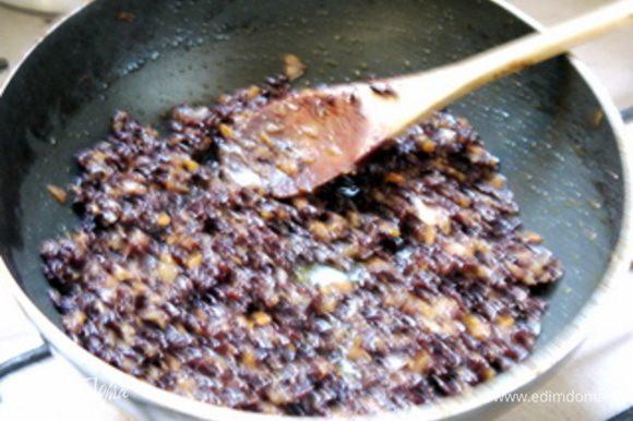 Добавить рис и перемешать его с брюнуаз и дать рису пропитаться им. Перенести рис в миску и дать остыть.