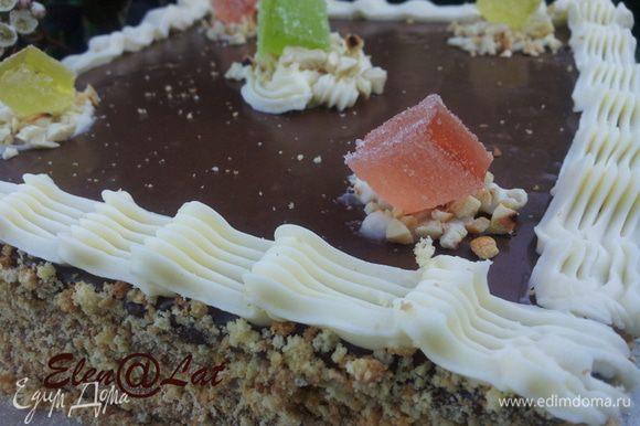 Сверху на торте по краю сделать бордюр из отложенного белого крема и украсить торт орехами и цукатами, мармеладом. Торт получился очень вкусным, рассыпчатым с нежным сливочным кремом и восхитительной шоколадной помадой. Не пугайтесь, что очень большой рецепт, на самом деле он не сложный и наградой вашего труда будет замечательный вкус вашего произведения. Он вернет на некоторое время в детство, а это согласитесь, так приятно!
