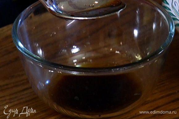 Приготовить заправку, перемешав кунжутное и оливковое масло, соевый и рыбный соус, рисовый уксус и кленовый сироп.