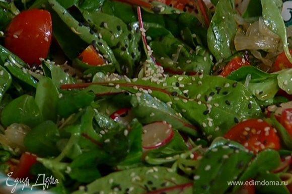 Соединить салатный микс, нарезанные помидоры, редис, лимонник, помело и кинзу, полить заправкой, перемешать и посыпать кунжутом.