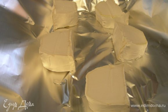 Козий сыр нарезаем толстыми кусочками и отправляем в духовку 180-200 гр минут на 15.