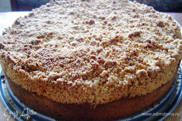 Выпекать пирог в течение 50-60 мин, до золотистого цвета.
