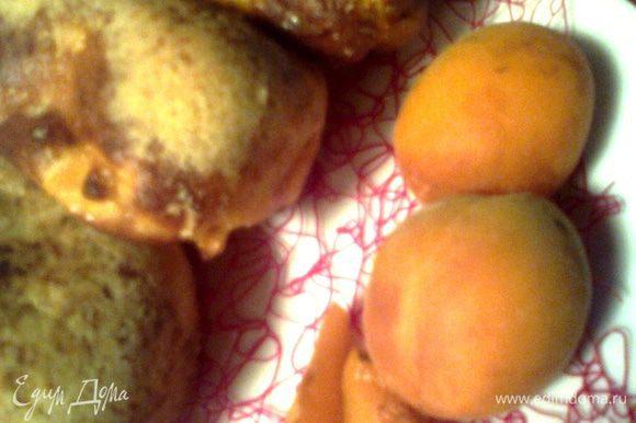 Зимой абрикос и сливу можно будет заменить курагой и черносливом,ну а пока маленьких нелюбителей кисленьких фруктов можно обмануть таким способом!)))