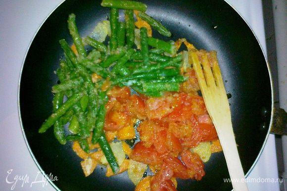 Аналогичному испытанию подвергаем чуть отваренную фасоль: крахмалим-румяним на масле-отправляем в соседнюю сковороду с другими овощами.