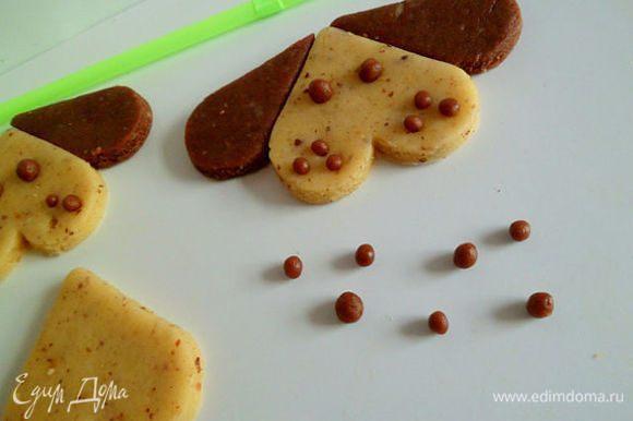 Можно в отверстие вставить шоколадное тесто или оставить пустыми.