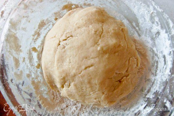 Добавить яйцо, тщательно все перемешать. Затем постепенно добавляя муку, замесить тесто. Поставить тесто в холодильник на время, пока будет готовиться крем (примерно 20 минут).