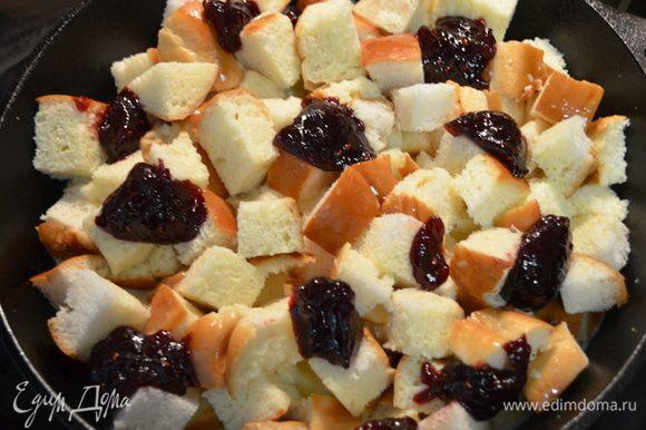 Затем выложить поверх пудинга ложкой небольшими порциями джем.Закрыть пленкой и поставить в холодильник на 2-3 часа.