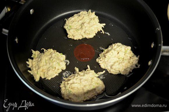 На горячую сковороду с раст.маслом выкладываем по полной стол.л теста,жарим с двух сторон как схватятся наши латкесы.