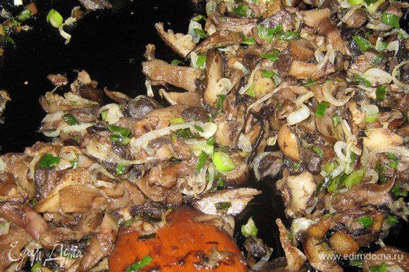 Очищенные и вымытые грибы (у меня были замороженные польские)нарезать и выложить на сковороду. Выпарить жидкость на медленном огне. Посолить, поперчить, добавить сливочное масло, нарезанный лук и протушить до готовности.