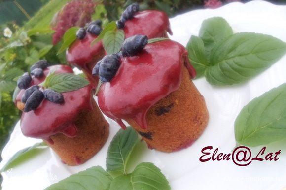 Аккуратно облить кексы глазурью и дать застыть. Украсить ягодами жимолости и меллисой. Кексы получились очень вкусные, попробуйте!!!!