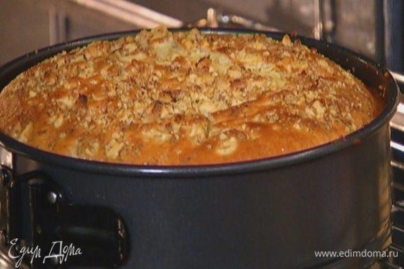 Посыпать пирог оставшимися орехами и выпекать в разогретой духовке около часа, затем остудить.