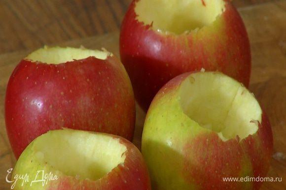 Из яблок удалить сердцевину и, не снимая кожуры, запекать их в разогретой духовке 30–40 минут.